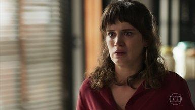 Clara conta a Patrick e Renato sobre o crime no quarto de Duda - Patrick diz que assumirá a defesa da dona do bordel