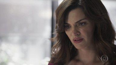Leandra garante a Duda que não contará que Clara esteve no bordel - Renato e Leandra conseguem convencer Nicolau a deixar as amigas conversarem a sós. Duda afirma que Clara é inocente e pede que Leandra entregue sua boneca antiga para Clara