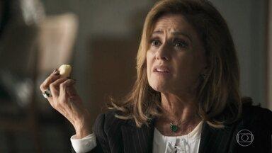 Sophia vai à casa de Vinícius para ter notícias sobre a morte de Laerte - O delegado de Palmas diz que Duda confessou o crime. Lorena estranha o comportamento de Sophia