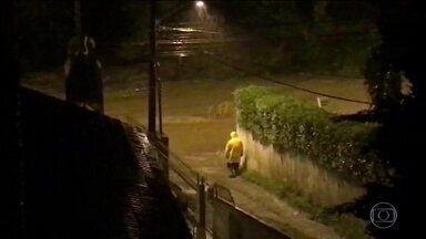 Chuva causa estragos e morte de menina em Santa Catarina - Alagamentos causaram a interdição de vários pontos de rodovias. Homem está desaparecido após cair em bueiro.