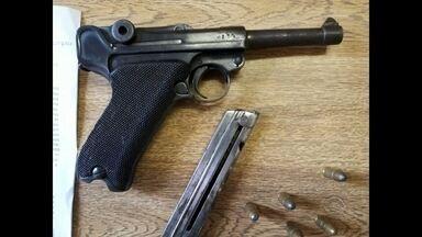 Arma de coleção é apreendida pela Polícia Civil de Santa Maria, RS - Uma pistola do modelo utilizado na Segunda Guerra Mundial foi encontrada por policiais que cumpriam um mandado de busca e apreensão em Santa Maria.