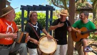 Os Fagundes fazem roda de chimarrão e música durante os finais de semana em Atlântida - Família anima veranistas do Litoral Norte do RS com o tradicionalismo gaúcho.