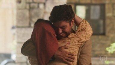 Inácio reencontra Henriqueta - Eles se abraçam muito emocionados e padre João vê