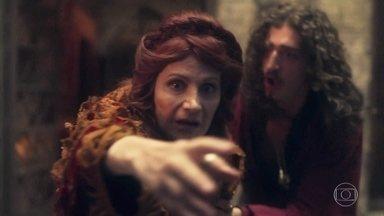Rodolfo encontra Crisélia debruçada sobre o parapeito da sacada - Ele ordena que a rainha não fique mais sozinha