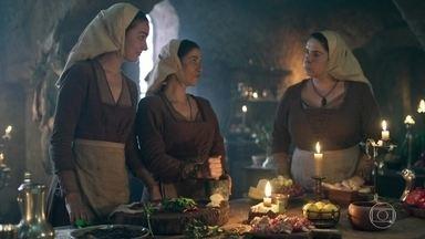 Cozinheiras do castelo de Montemor fazem o chá receitado por Lupércio - Elas se divertem ao serem questionadas sobre a finalidade do chá