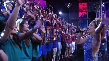 Vanessa da Mata canta sucesso 'Não me deixe só' - Plateia vai à loucura com a energia da cantora