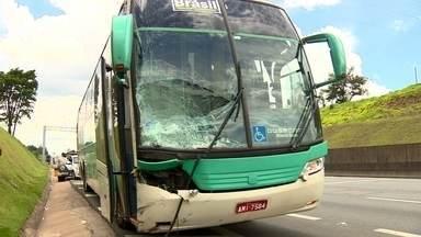 Ônibus invade acostamento e mata ciclista na Rodovia Anhanguera - Em acidente na Rodovia Anhanguera, uma das mais movimentadas de São Paulo,ônibus invade o acostamento na altura de Vinhedo, mata um ciclista e deixa outro gravemente ferido, no fim da manhã deste domingo (14).