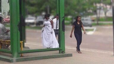 Casal ganha festa de casamento após foto em ponto de ônibus viralizar - Como dinheiro estava apertado, casal decidiu se casar apenas no cartório.Vestidos de noivos chamaram a atenção num ponto de ônibus no Pará.
