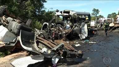 Fim de semana é marcado por graves acidentes nas estradas do país - Em um deles, em Montes Claros (MG), 13 pessoas morreram depois que sete veículos colidiram.