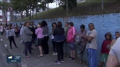 Filas para vacina da febre amarela atravessam a madrugada em São Bernardo - São Bernardo ampliou a vacinação nesta segunda-feira (15).