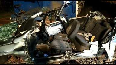 Trem arrasta carro por 100 metros e deixa três pessoas feridas em Sarandi - De acordo com o Corpo de Bombeiros, duas passageiras ficaram presas nas ferragens.