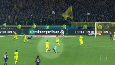 Na França, árbitro dá chute em jogador após ser derrubado - Na França, árbitro dá chute em jogador após ser derrubado