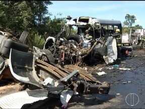Sete feridos em acidente na BR-251 permanecem internados em hospitais do Norte de Minas - Treze pessoas morreram e 39 ficaram feridas; motorista do caminhão que provocou o acidente permanece internado e ainda não foi ouvido pela polícia.