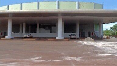 Passageiros enfrentam diversos problemas enquanto rodoviária de Maracaju não fica pronta - Construção é um sonho esperado há sete anos pelos moradores da cidade que continuam usando o antigo prédio.