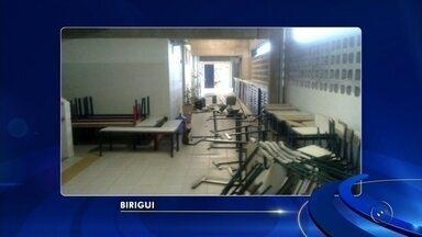 Suspeitos invadem e vandalizam escola estadual de Birigui - Vândalos invadiram uma escola estadual de Birigui (SP), arrombaram as portas e destruíram mesas e cadeiras das salas de aula durante este final de semana. Um cano da caixa d'água também foi arrancado pelos suspeitos.