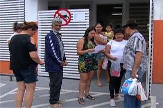 Itaquaquecetuba distribui senha para aplicar vacina contra a febre amarela nos postos - Quem não chega cedo, fica sem a dose. A procura também é grande em Ferraz de Vasconcelos.