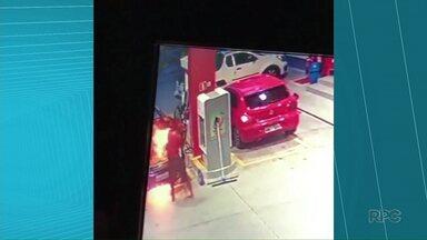 Carro pega fogo enquanto abastece em Ponta Grossa - Frentistas conseguiram controlar o incêndio