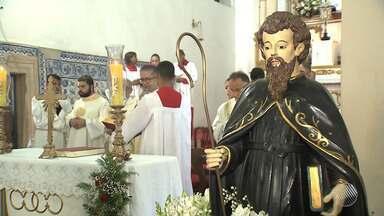 Devotos de Lauro de Freitas celebram dia de Santo Amaro de Ipitanga, padroeiro da cidade - O padre Fábio de Melo faz parte da programação e se apresenta para uma multidão em praça pública.