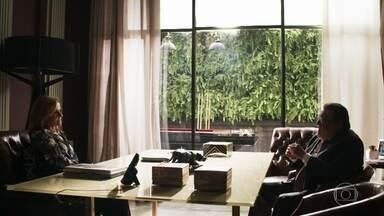 Gustavo avisa a Sophia que Raquel será a juíza no processo da guarda de Tomaz - Sophia promete duas maletas cheias de dinheiro pela ajuda do juiz, que tirou Gael e ela própria da prisão e diz que pode dar muito mais se Gustavo conseguir manter a guarda de seu neto
