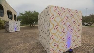 Brasília é primeira capital a receber exposição em homenagem a Athos Bulcão - Brasília é a primeira capital a receber a exposição em homenagem ao artista plástico Athos Bulcão. A mostra tem trabalhos inéditos do artista e comemora os 100 anos de nascimento de Athos. Leticia de Oliveira e Rafael Sobrinho foram conferir.