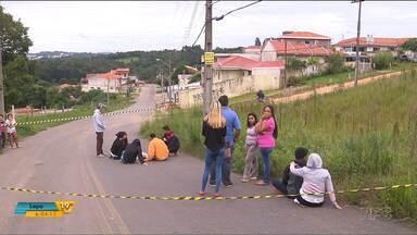 Corpo de jovem morto em assalto fica quase 14 horas no meio da rua, à espera do IML - Família teve que velar o corpo do rapaz no meio da rua.