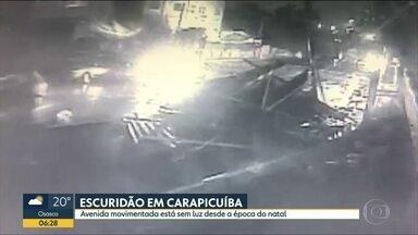 Moradores de Carapicuíba reclamam de falta de luz desde o Natal - Quatro lâmpadas estão apagadas.