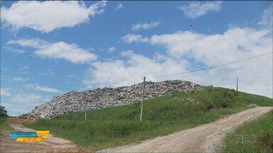 Movimento no litoral aumenta a quantidade de lixo - O desafio é onde colocar tanta sujeira.