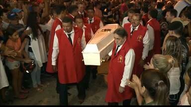 Corpos de paraibanos mortos em acidente na BR-251 em Minas Gerais chegam à Paraíba - Após atraso na chegada, corpos foram sepultados na madrugada desta quarta-feira.