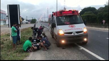 Mulher é atropelada após atravessar a BR-230 com medo de ser assaltada na Paraíba - Vítima caminhava no acostamento com o marido. Piloto de moto que atropelou mulher também ficou ferido.