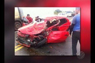 Quatro pessoas da mesma família ficaram feridas ontem à tarde em um acidente na BR-316 - Elas estavam dentro deste carro que bateu na lateral de uma caçamba, no quilômetro 115 da rodovia.