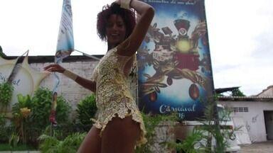 Garota do Samba 2018 da Pega no Samba nasceu na comunidade e faz Direto - Carolina Monteiro tem 22 anos. Veja o samba no pé!
