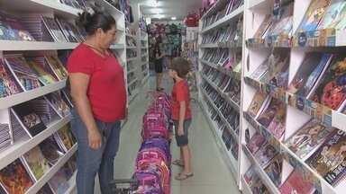 Pais tentam driblar preços para garantir economia com lista de material escolar - Pais tentam driblar preços para garantir economia com lista de material escolar