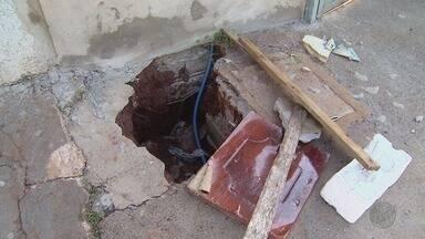 Cansado de esperar pela Prefeitura, morador conserta vazamento de água em Ribeirão Preto - Problema persistia em calçada no bairro Florestan Fernandes.