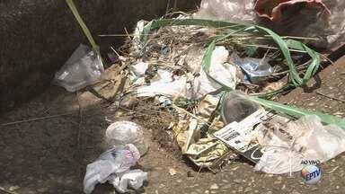 Lixo em bueiros causa alagamentos em Pouso Alegre (MG) - Lixo em bueiros causa alagamentos em Pouso Alegre (MG)