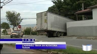 Carreta travou na região do bairro Imaculada em Taubaté - Veículo bateu em muto de casa.