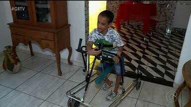 Jovem de Petrolina supera dificuldades da paralisia cerebral - Por causa da paralisa, ele não tem coordenação motora.