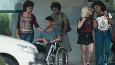 Anderson tem alta do hospital - Ellen e Tina avisam às amigas. Benê fica confusa ao ouvir de Ellen que Anderson vai para casa com todas as mulheres de sua vida