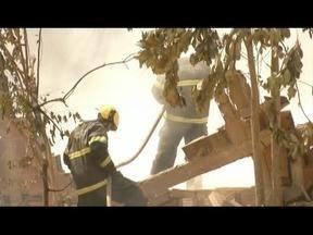 Bombeiros combatem incêndio em fábrica de pré-moldados em Santana do Paraíso - Fogo atingiu apenas formas de plásticos e um caminhão descarregado, mas ninguém se feriu; explosão de transformador é causa provável do incêndio.