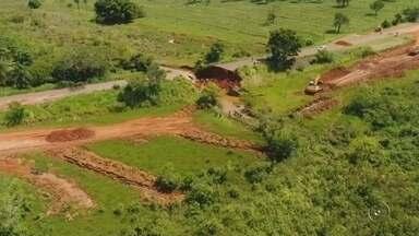 Prefeitura de Tanabi afirma que ponte provisória estará pronta no domingo - A prefeitura de Tanabi (SP) prometeu que domingo (21) os moradores do distrito de Ibiporanga vão conseguir utilizar novamente a única rodovia de asfalto que dá acesso à cidade. Neste sábado (20) completa duas semanas que a ponte que liga o distrito à cidade foi destruída por causa da chuva. A ponte que vai ser instalada é provisória.