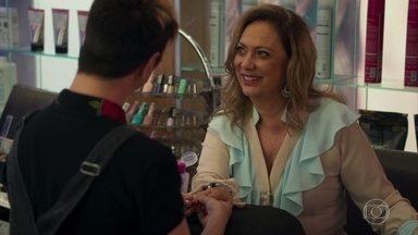 Nádia anuncia no salão que será avó em breve - Mesmo sem saber se Tônia está mesmo grávida, a mãe de Bruno conta a novidade no salão e todos comemoram