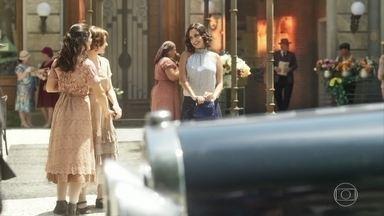 Felícia, Natália e Helena passeiam juntas - Elas decidem ir até o Grêmio Cultural