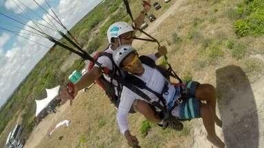 Quinze pilotos de parapente se unem no desafio de voar com 50 cadeirantes - Na Praia do Sol, Paraíba, a natureza criou uma rampa de decolagem perfeita para o voo de parapente, a 40 metros acima do nível do mar. Veja aventura.
