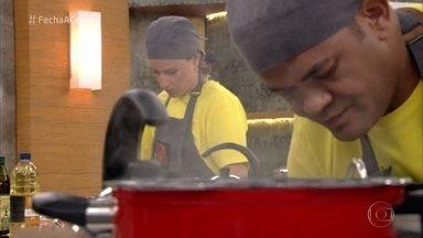 É hora da última prova! - Carolina e Fernando se dedicam ao preparo do prato que vão apresentar aos jurados