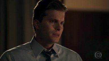 Patrick orienta Clara a esquecer a ideia de assumir o lugar de Duda - O advogado pede que ela pense no filho antes de tomar uma atitude