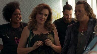 Lorena pensa em convidar uma amiga para o posto de madrinha de casamento de Laura - Nádia acredita que será a escolhida para ser a madrinha de Laura