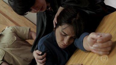 Duda desmaia no tribunal após contar sua história - Ela perde seu controle emocional quando Adriana a reconhece como mãe