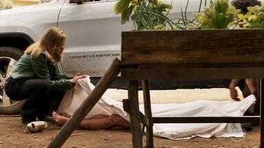 Sophia deixa suas impressões digitais no lençol que envolve o corpo de Vanessa - Rato decide jogar o corpo nos fundos do bordel