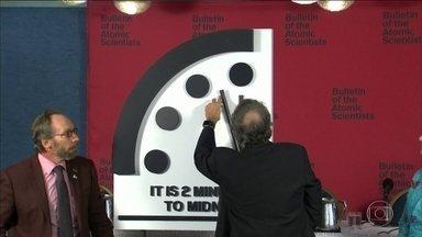 Cientistas adiantam relógio do fim do mundo - Relógio simbólico indica proximidade de destruição do planeta. Mudanças climáticas e a postura dos líderes mundiais diante de uma ameaça de guerra nuclear foram os motivos do avanço.