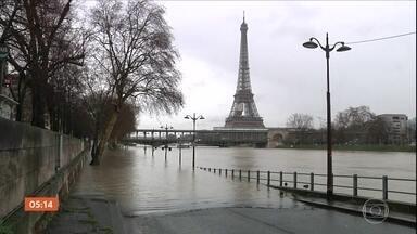 Rio Sena sofre com as enchentes e ameaça pontos turísticos de Paris - Alguns dos maiores símbolos da França, como o Museu do Louvre, estão ameaçados pelas inundações causadas pelas chuvas que atingem várias partes do país.