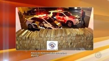 Mais de 1 tonelada de maconha é apreendida na rodovia Comandante João Ribeiro de Barros - A Polícia Rodoviária apreendeu uma tonelada e meia de maconha em um caminhão na rodovia Comandante João Ribeiro de Barros. O veículo possuía placas de Carapicuíba e trafegava no sentido de Marília.